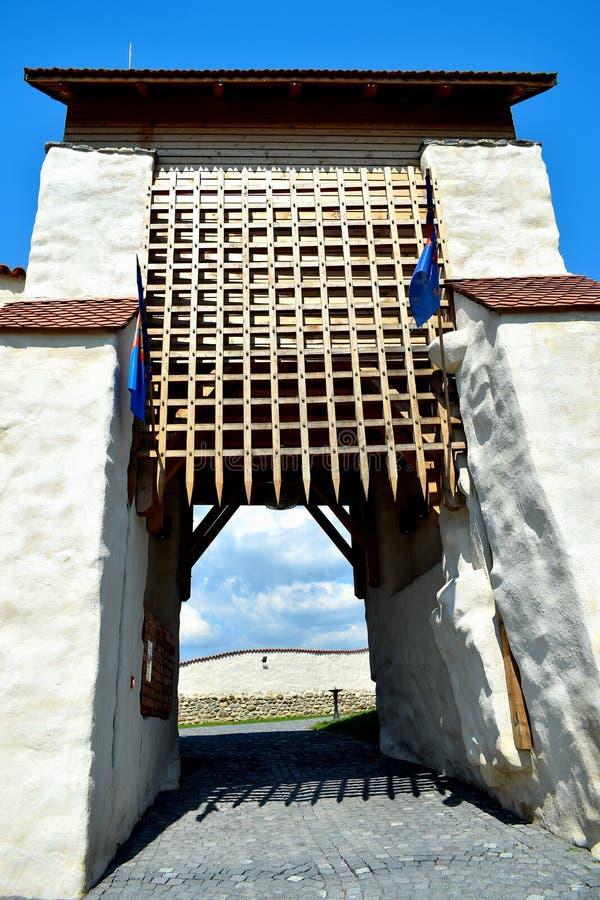 De Feldioaravesting werd gebouwd 900 jaar geleden door de teutonic ridders in het dorp Feldioara, Marienburg, Roemenië stock foto's