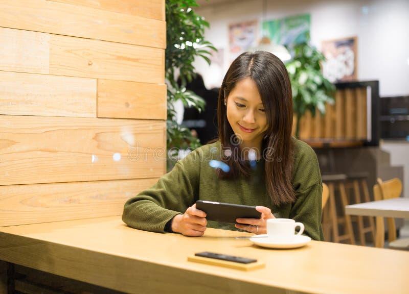 De femme de jeu de jeu téléphone portable cependant photographie stock libre de droits
