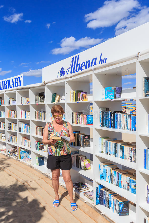 De femme la bibliothèque gratuite de plage près s'est ouverte à la station de vacances de la Mer Noire photographie stock