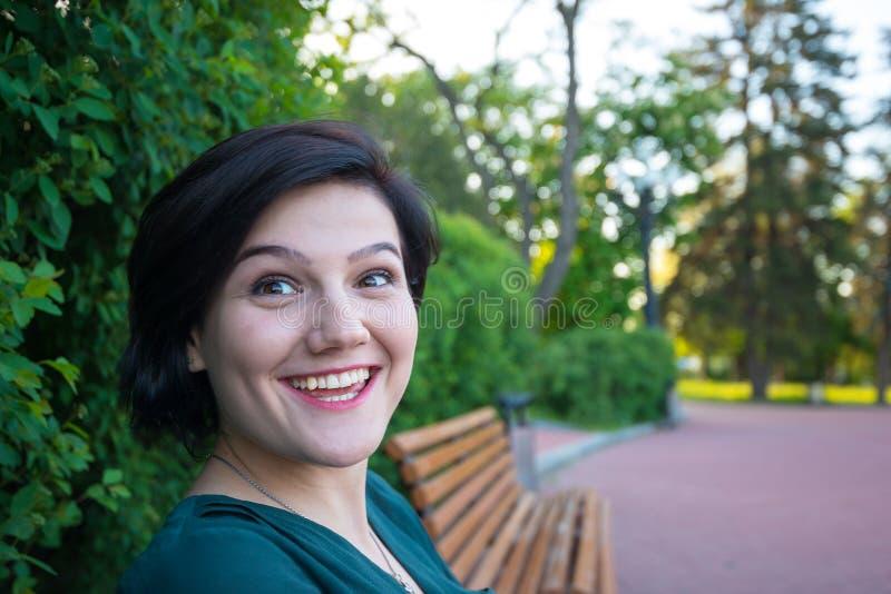 De femme smiley multiraciaux joyeux expressivement images stock