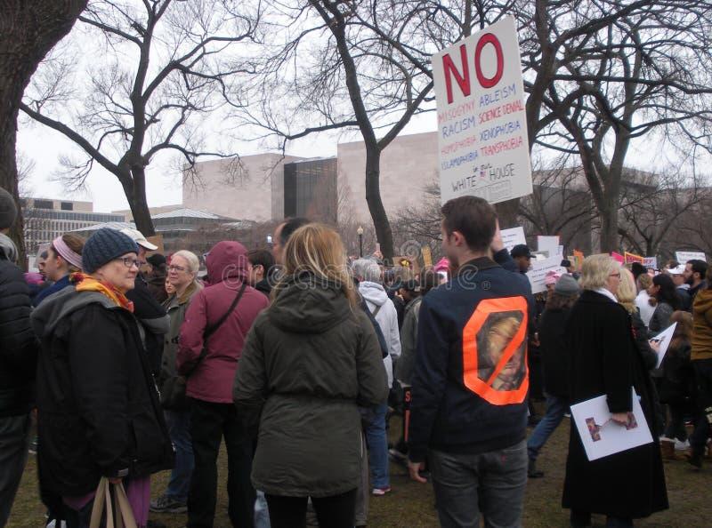 ` De femmes s mars, pas en notre Maison Blanche, signes uniques et affiches, Washington, C.C, Etats-Unis photo libre de droits