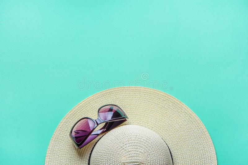 ` De femmes s Straw Hat Fashionable Sun Glasses sur le fond de turquoise Échouez les vacances photo stock