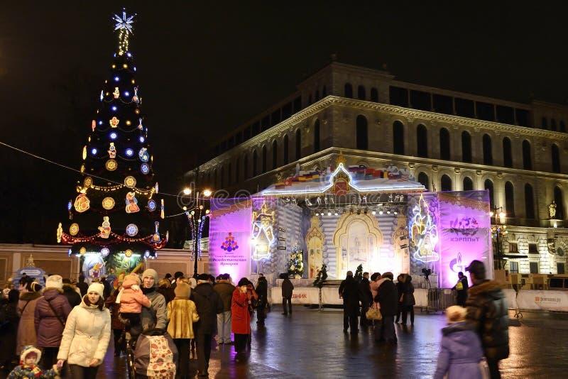 De festiviteiten van het nieuwjaar op Vierkant Ostrovsky bij nacht stock foto