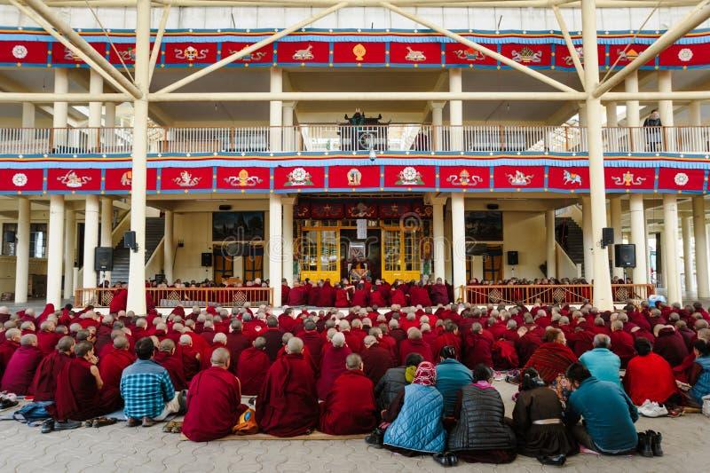 28 de fevereiro de 2018 Índia, Dharamsala o grupo grande de monges budistas tibetanas está em aprender a prática da meditação imagens de stock