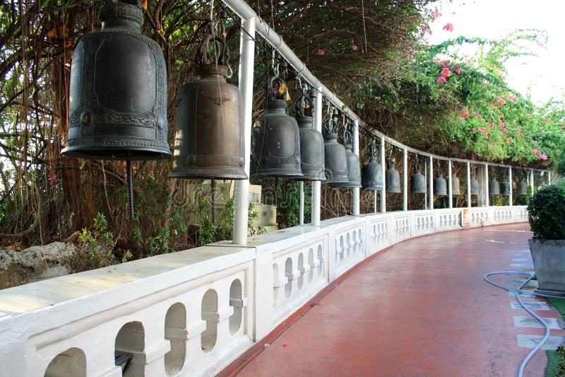 7 de fevereiro de 2019, Banguecoque Tailândia Sinos budistas no templo Wat Pho complexo fotos de stock