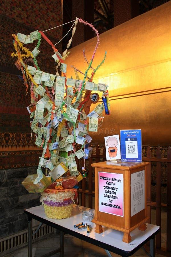 7 de fevereiro de 2019, Banguecoque, Tail?ndia, complexo do templo de Wat Pho Árvore com dinheiro e caixa da doação imagem de stock