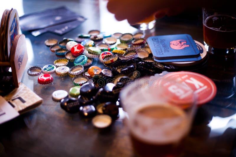 18 de fevereiro de 2017 - Craft tampões de garrafa da cerveja em uma tabela no bar Slad em Pancevo, Sérvia foto de stock