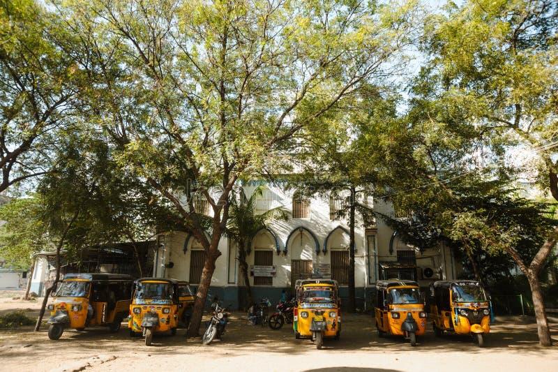 23 de fevereiro de 2018 Madurai, Índia, estacionamento indiano do riquexó do tuk do tuk fotos de stock royalty free