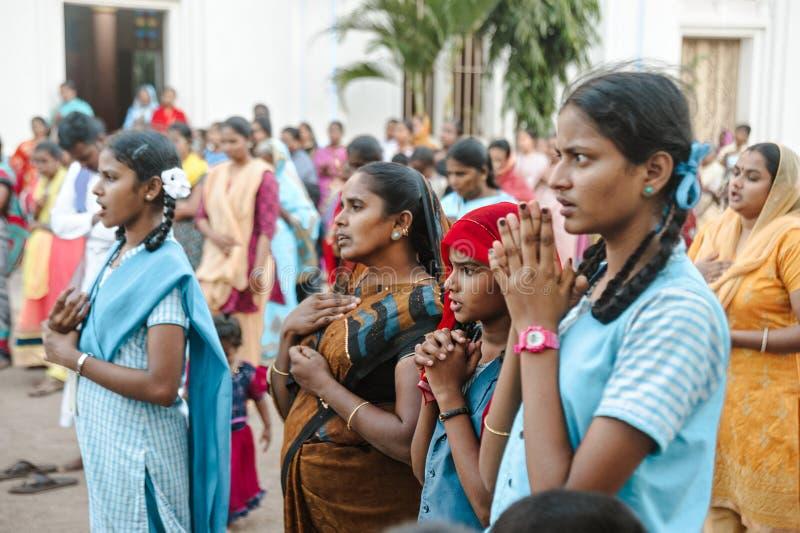 23 de fevereiro de 2018 Madurai, Índia a multidão de cristãos indianos reza na igreja católica da catedral do ` s de St Mary imagens de stock