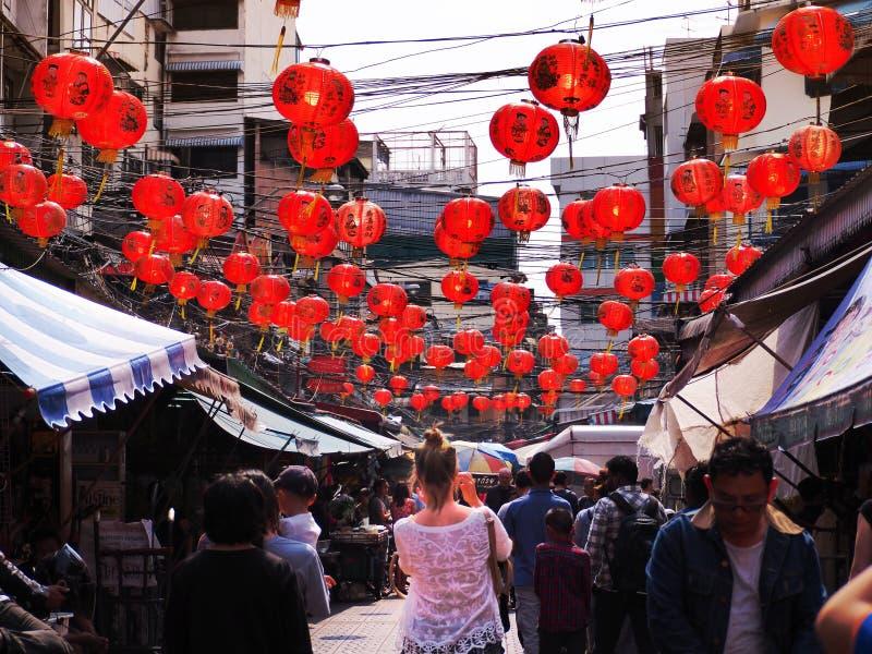 11 de fevereiro de 2018 o viajante toma a foto chinesa das lanternas do ` s do ano novo no bairro chinês Banguecoque imagens de stock royalty free