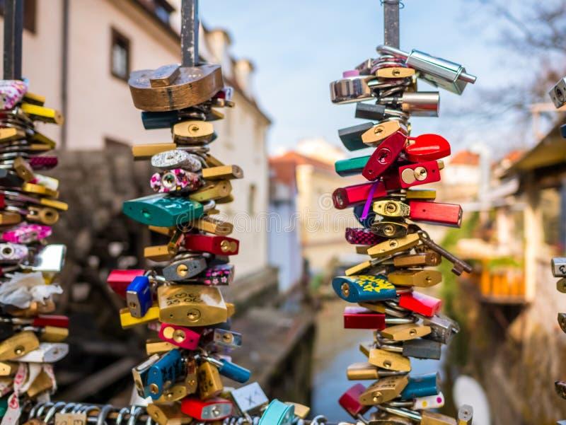 20 de fevereiro de 2018, PRAGA, REPÚBLICA CHECA ame a chave padlocked dos pares na ponte perto da parede do lennon de john em tor fotos de stock royalty free
