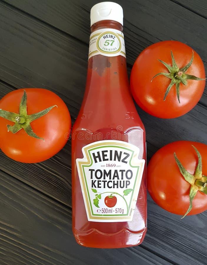 4 de fevereiro de 2017 Ucrânia Kiev Heinz, garrafas de ketchup no tomates de madeira pretos foto de stock royalty free