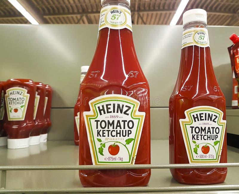 3 de fevereiro de 2017 Ucrânia Kiev Heinz Ketchup Bottles na prateleira de loja do supermercado imagens de stock royalty free