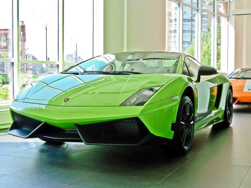17 de fevereiro de 2011 Ucrânia, Kiev Lamborghini Gallardo LP 570-4 Superleggera e Gallardo LP550-2 Valentino Balboni fotografia de stock royalty free
