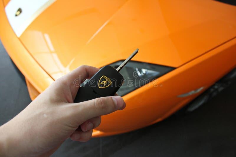 17 de fevereiro de 2011 Ucrânia, Kiev O homem guarda a chave de Lamborghini Gallardo LP550-2 Valentino Balboni fotos de stock