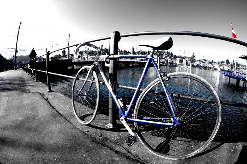 De fiets die langs de rivier wordt verlaten royalty-vrije stock foto's