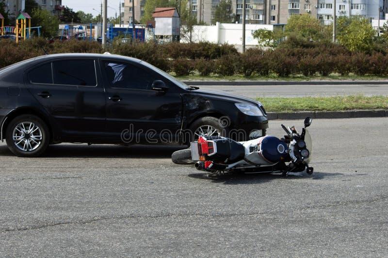 De fiets en de auto van neerstortingsmoto op weg stock foto's