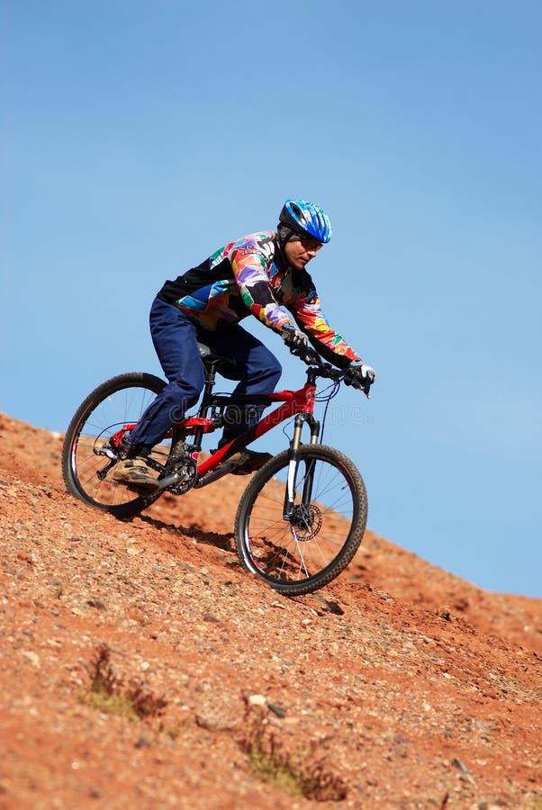 De fiets van de berg bergaf stock afbeeldingen