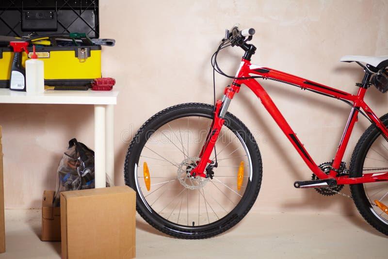 De fiets van de berg in garage stock fotografie