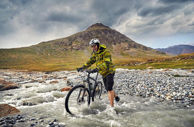 De fiets van de mensenrit in de berg stock afbeeldingen