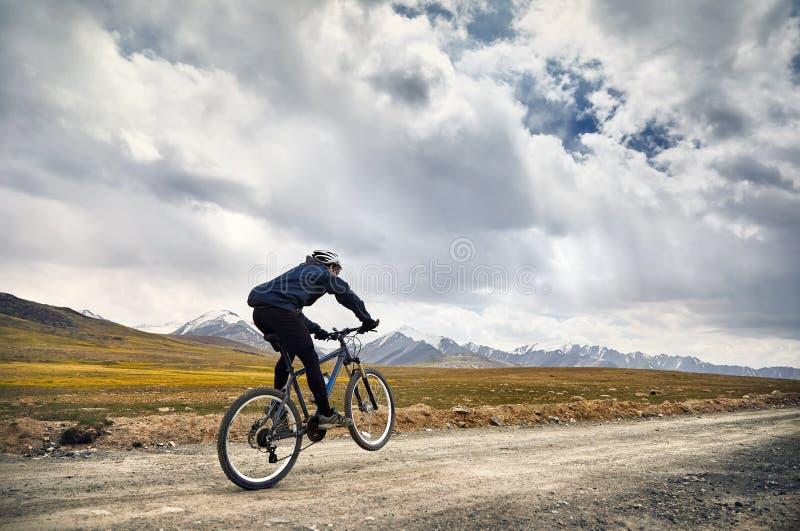 De fiets van de mensenrit in de berg royalty-vrije stock foto's