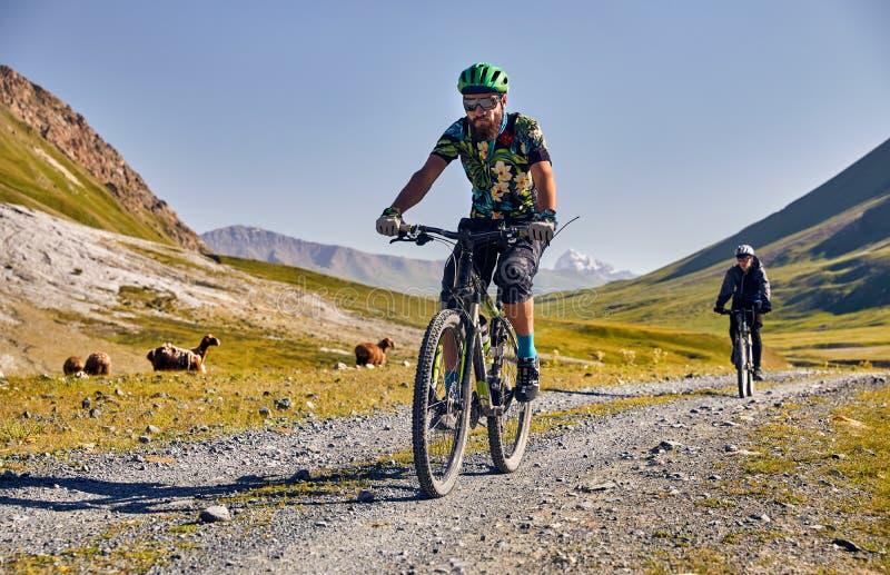 De fiets van de mensenrit in de bergen stock foto