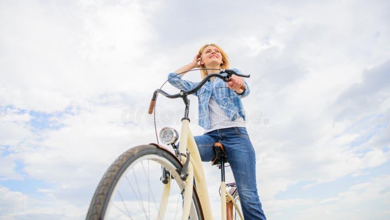 De fiets van de vrouwenhuur om de ruimte van het stadsexemplaar te onderzoeken Het meisje berijdt de achtergrond van de fietsheme royalty-vrije stock fotografie