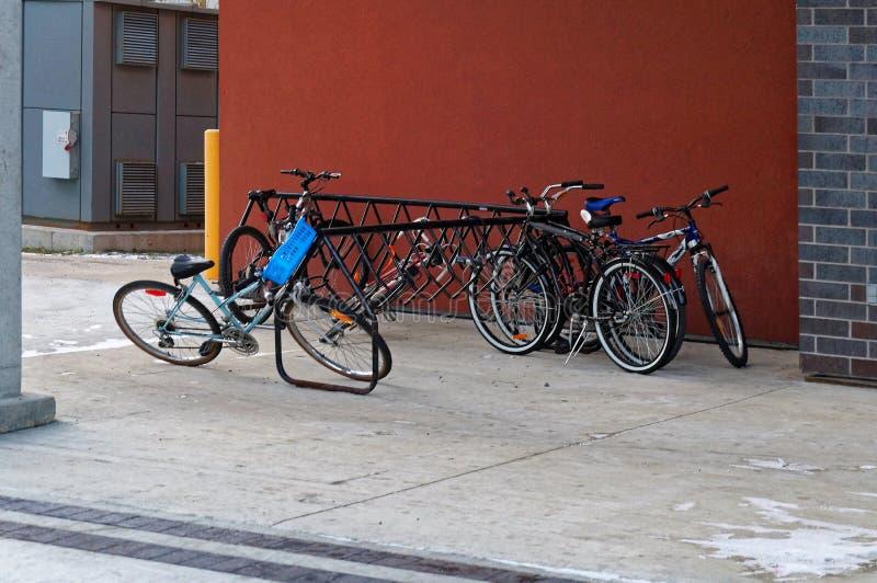 De fietsbox van metaal van zwarte kleur naast de Universiteit van de bouw van Manitoba stock foto