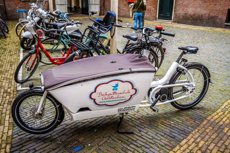 De fietsen van allerlei vormen en vormen zijn nog de belangrijkste wijze van vervoer door Amsterdam royalty-vrije stock afbeelding