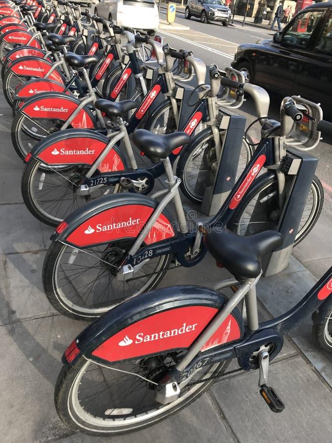 De Fietsen van Londen Rode 'Boris/Bicyicles met zwarte cabine/taxi stock afbeeldingen