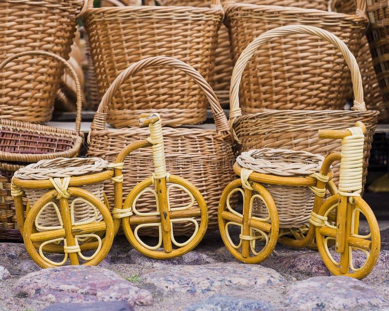 De fietsen van mandewerkmanden op de achtergrond stock foto