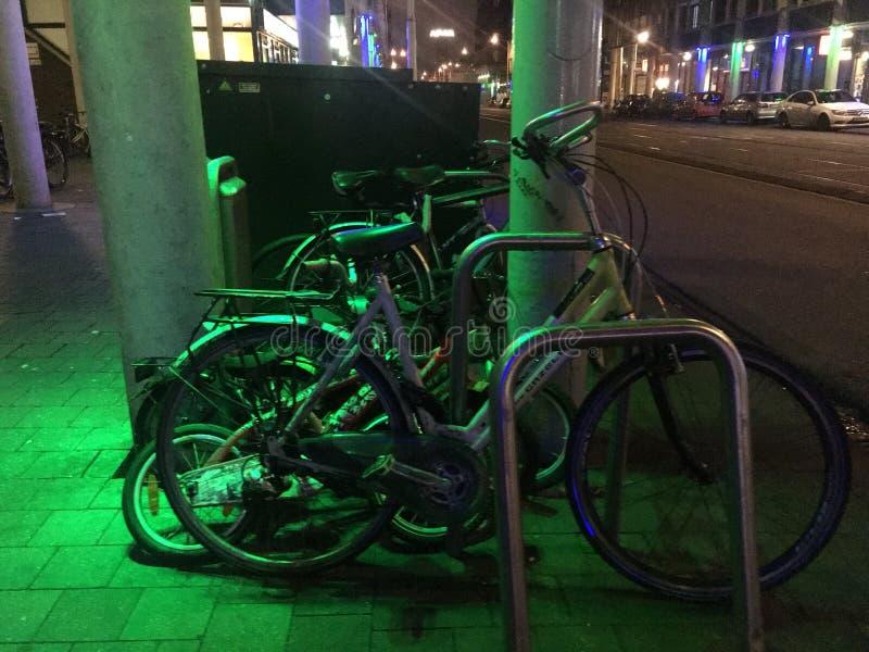De fietsen van de straatmening in groen licht stock fotografie