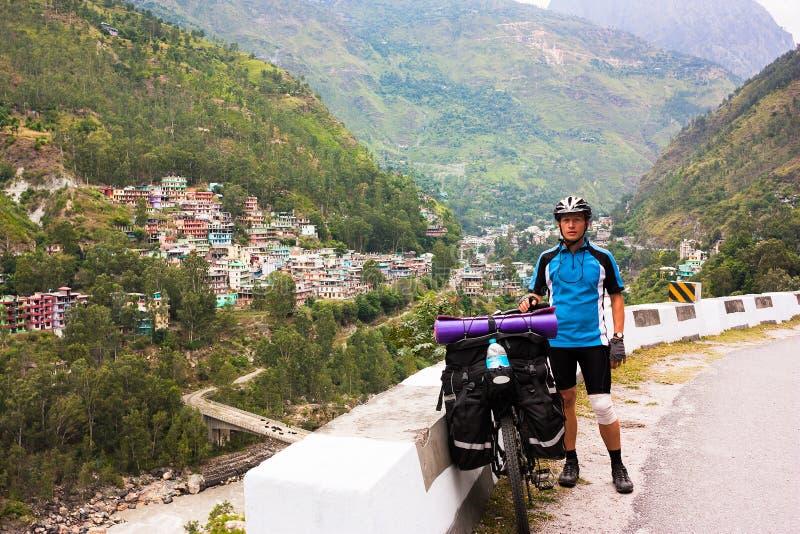 De fietser bevindt zich op de bergweg van Himalayagebergte stock foto's