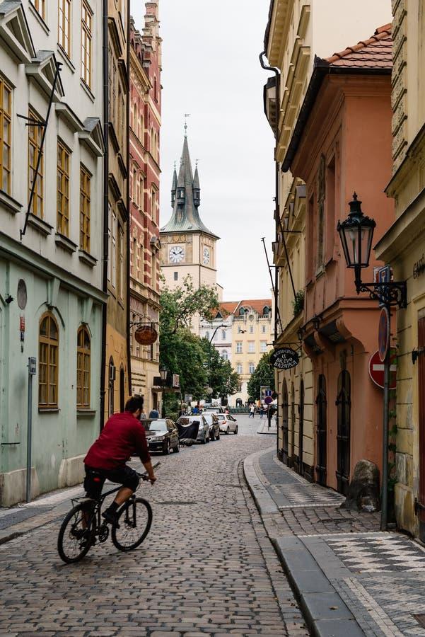 De fietser cobblestoned binnen straat in Praag stock foto's