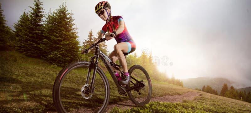 De fietser die van de bergfiets enig spoor berijden stock fotografie