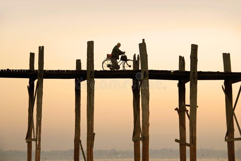 De fietser drijft over de Brug van U Bein royalty-vrije stock fotografie