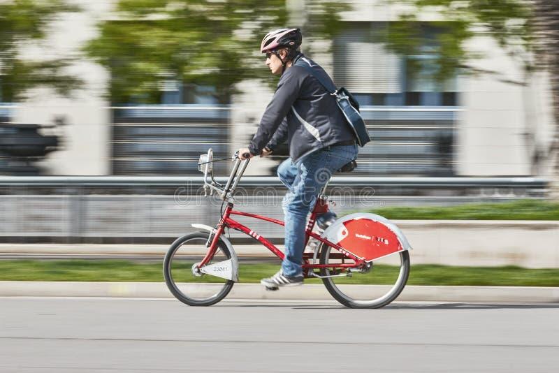 De fietser gaat met fiets, lang blootstellingsschot werken royalty-vrije stock afbeeldingen