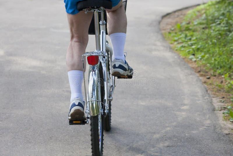 De fietser gaat op een weg royalty-vrije stock fotografie
