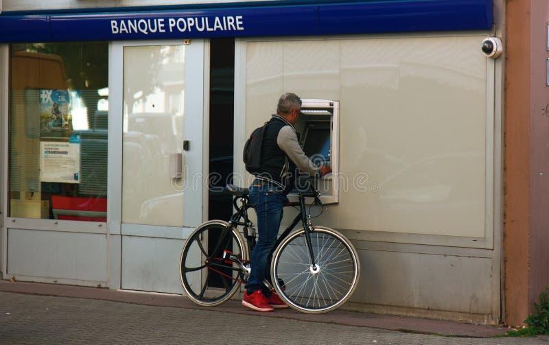 de fietser int de kaart bij ATM royalty-vrije stock afbeelding