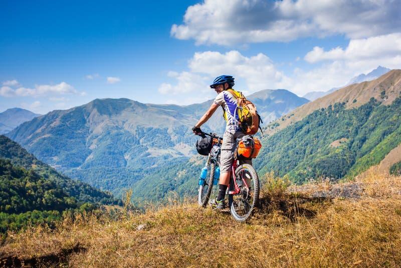 De fietser rust in de bergen terwijl het biking royalty-vrije stock foto