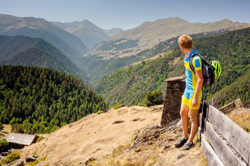 De fietser rust in de bergen terwijl het biking royalty-vrije stock fotografie