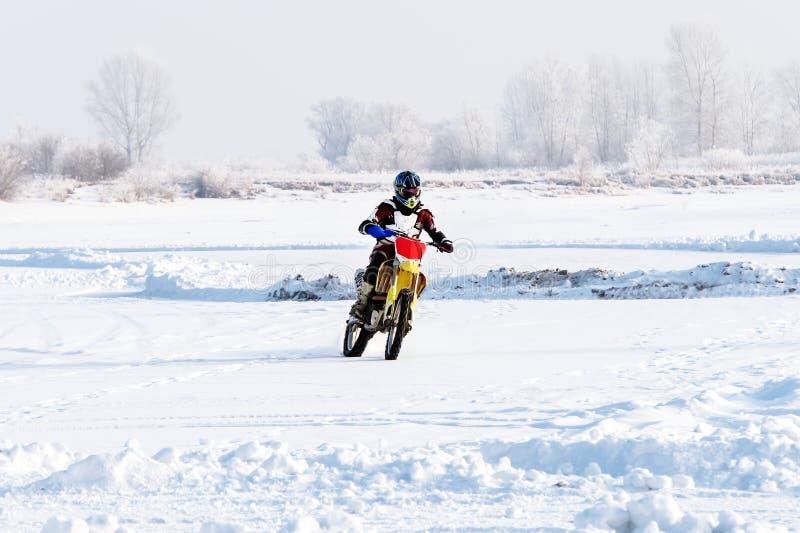 de fietser van de close-upmens berijdt een motorfiets royalty-vrije stock fotografie