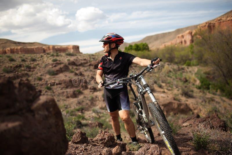De fietser van de berg in canion royalty-vrije stock foto's