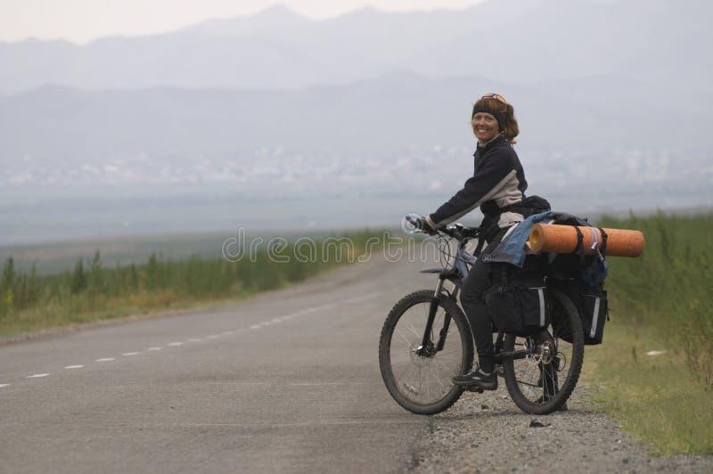 De fietser van de vrouw op een weg royalty-vrije stock foto's