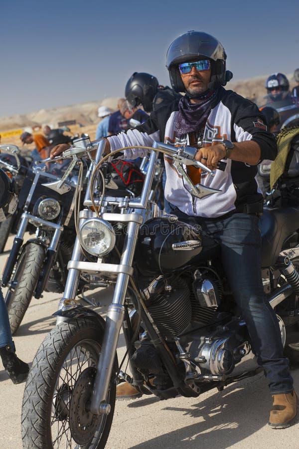 De fietsers berijden in Judean-woestijn stock afbeeldingen