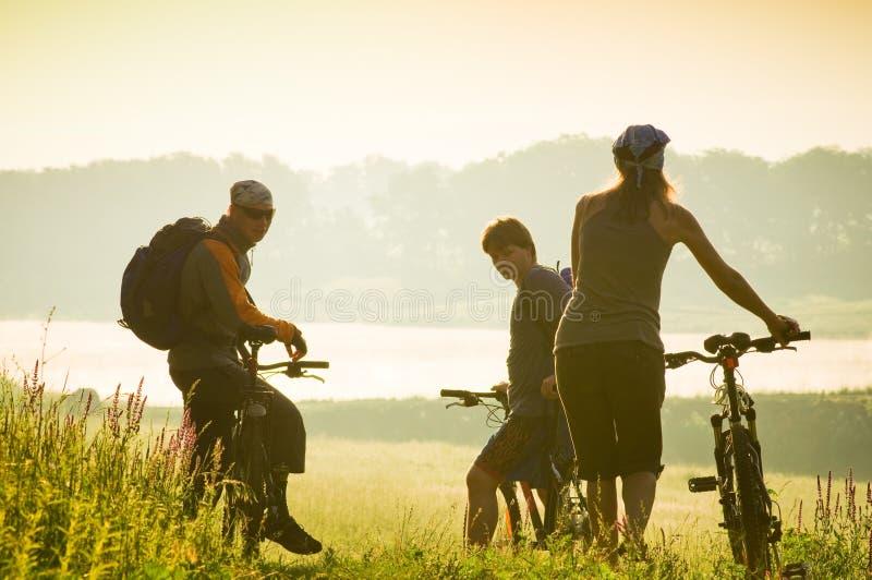 De fietsers ontspannen in openlucht het biking stock afbeeldingen