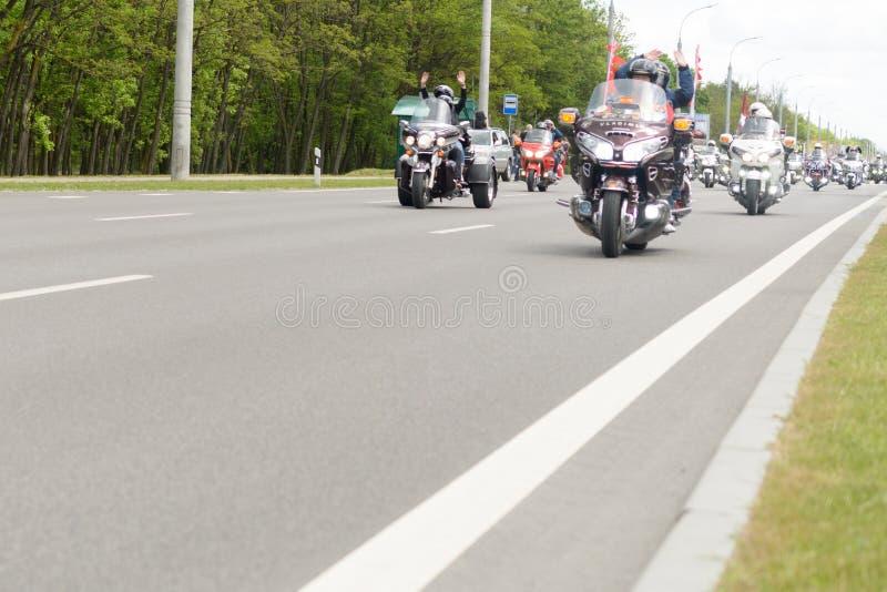De fietsers op hun motorfietsen in speciale kleren berijden een kraag op de rand van de stad van Brest stock foto