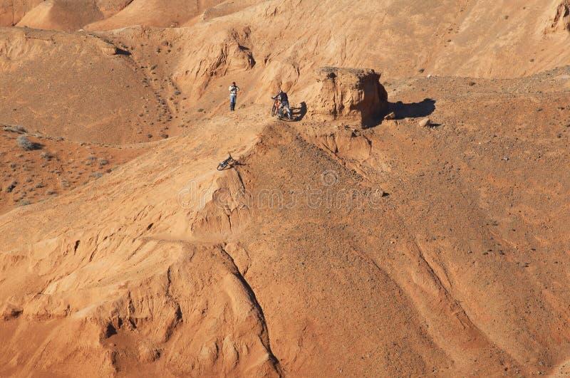 De fietsers van de berg in rode bergen royalty-vrije stock afbeeldingen