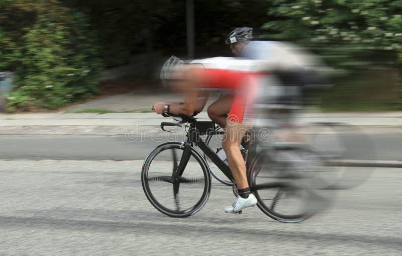 De fietsers van het fietsras bij hoge snelheid op weg met dynamisch motieonduidelijk beeld royalty-vrije stock foto's