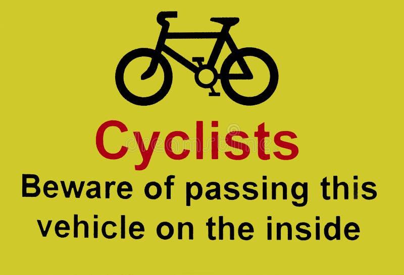 De fietsers voorzichtig zijn van het overgaan van het voertuig op het binnenkantteken stock foto's